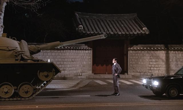 Man Standing Next 2, Copyright GEM  Entertainment / CAPELIGHT Pictures